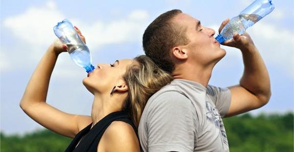 beber-agua-deporte